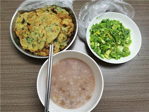 上周五加班老豆做的绿豆稀饭~苦瓜炒鸡蛋,葱饼