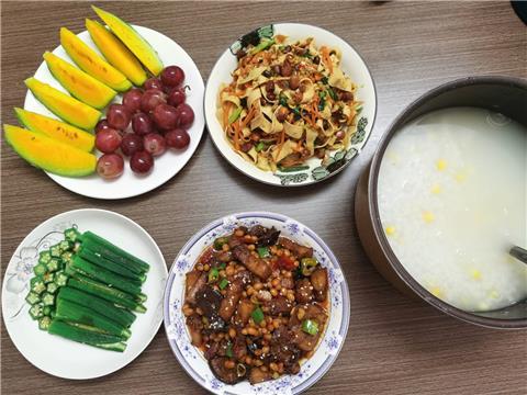 周六的玉米稀饭~红烧肉~冰镇秋葵~凉拌豆皮红萝卜青瓜丝