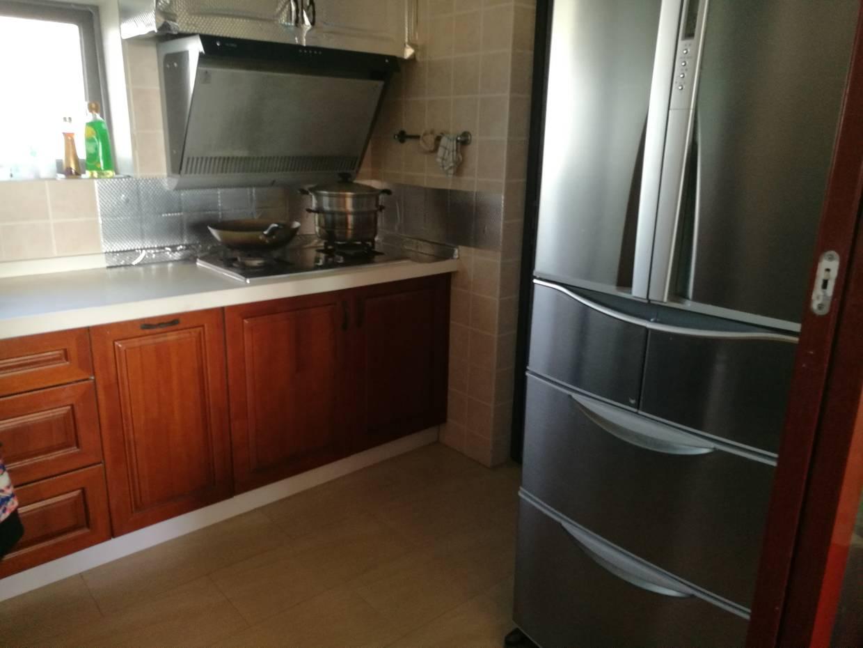 房子是七八年前装修的,随时居住时间的增长,想对现住房进行改造升级,其中厨房是想改造的重点,因为结构与功能上不满足现在要求: 1、拟增加一些厨房设备设施,如电蒸箱,洗碗机、灯带等 2、将现在的消毒柜取消 3、把炉灶、油烟机移到旁边的小阳台,单独规划做一个炒菜操作区。 4、原来放炉灶、油烟机的位置放冰箱,或者做一个高柜,将电蒸箱、微波炉嵌进去 可是原来旧橱柜还是挺新的,原来做的时候也挺贵,不舍得就这么扔了(当然,主要也是没有足够的钱)。在此想问一下各位装友、前辈: 1、台面更换的情况下,这种柜体可以进行切割、